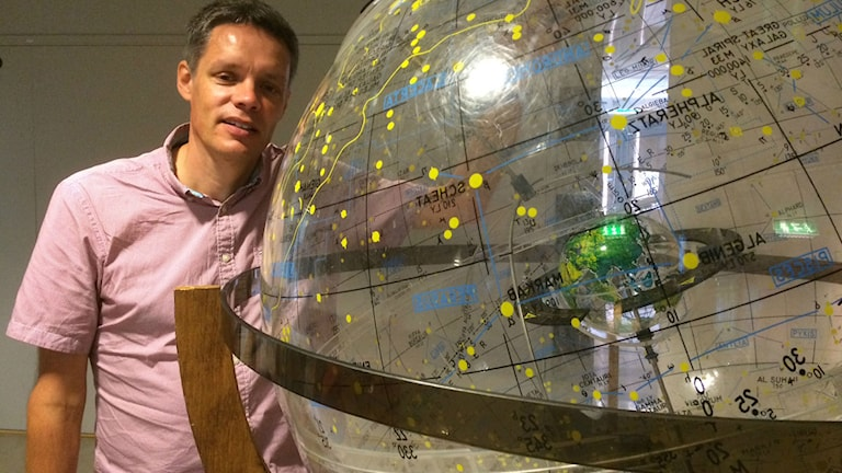 Ulf Danielsson, fysikprofessor med universum som forskningsfält, är en av dem som deltar i konferensen om svarta hål i Stockholm. Foto: Camilla Widebeck/SR