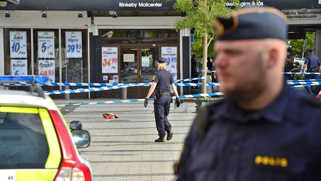 Enligt polisen ska flera personer ha skadats vid en skottlossning i Rinkeby centrum i Stockholm. Foto: Johan Nilsson/TT.