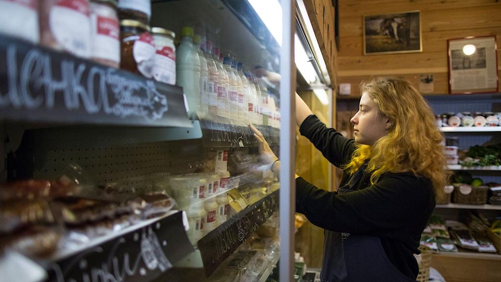 Det är ryska varor som gäller på hyllorna i matbutikerna. Foto: Alexander Zemlianichenko/TT.