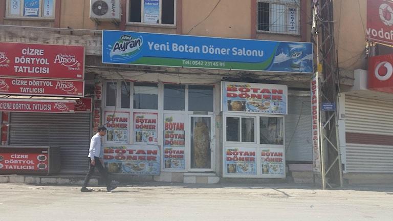 Stängda butiker i samband med begravningståg i Cizre i sydöstra Turkiet. Foto: Katja Magnusson/Sveriges Radio.