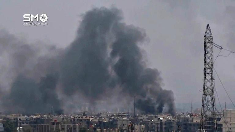 Flyganfallen i Syrien har fortsatt i augusti, som här i en förort till Damaskus. Foto: TT.