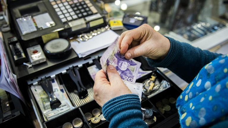 En kassörska tar betalt av en kund. Foto: Nora Lorek/TT.