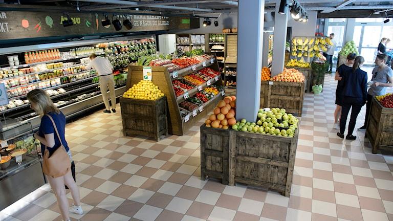 Frukt och grönsaker till salu i den ekologiska matvarukedjan Paradiset på Brännkyrkagatan i Stockholm. Foto: Henrik Montgomery / TT