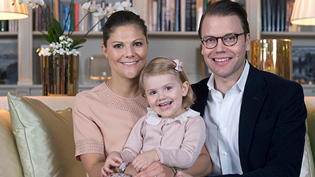 Kronprinsessparet och prinsessan Estelle. Foto: Kate Gabor/Kungahuset.se
