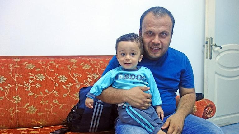 Ettårige Abd al-Razzaq, syrisk flykting i Turkiet, med sin pappa Mahmoud. Foto: Katja Magnusson / SR