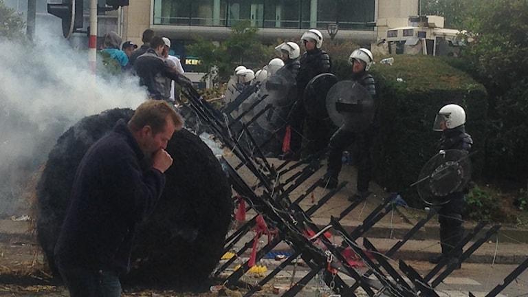 Kravallpolis mötet bönderna i Bryssel. Foto: Jan Andersson/Sveriges Radio.