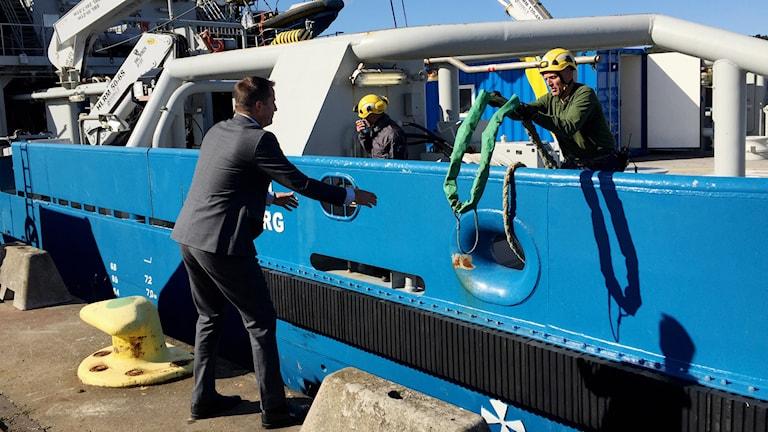 Inrikesminister Anders Ygeman vid fartyget Poseidon i Göteborg. Foto: Jens Möller/Sveriges Radio.