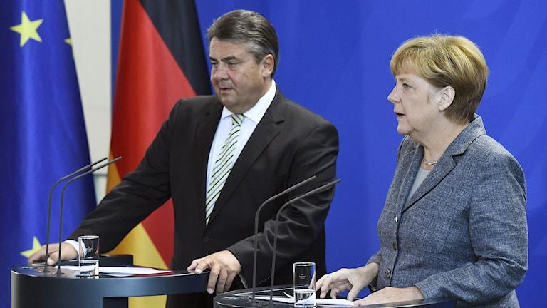 Tysklands förbundskansler Angela Merkel tillsammans med vice förbundskansler Sigmar Gabriel. Foto: Tobias Schwarz/TT.