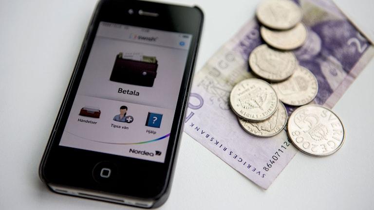 Smartphone med appen Swish, en mobilapplikation för överföring av pengar. Foto: Christine Olsson/TT