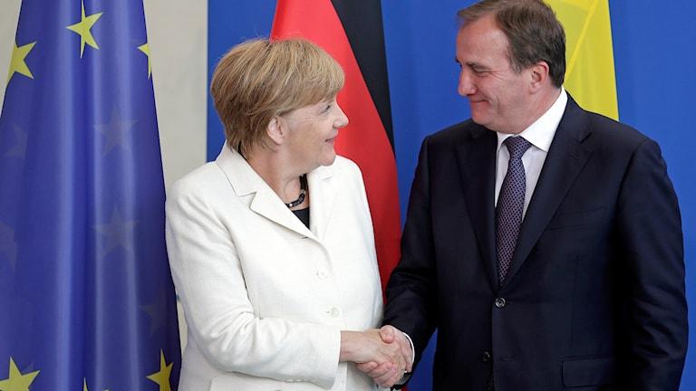 Tysklands förbundskansler Angela Merkel och Statsminister Stefan Löfven skakar hand efter presskonferensen i Berlin. Foto: TT.