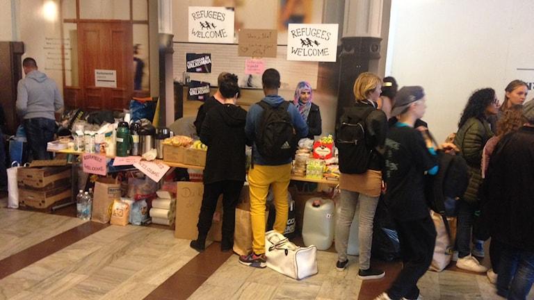 På centralstationen kunde flyktingar få bananer, juice, smörgåsar och vatten av frivilliga. Foto: Julius Bengtsson/ Sveriges Radio.