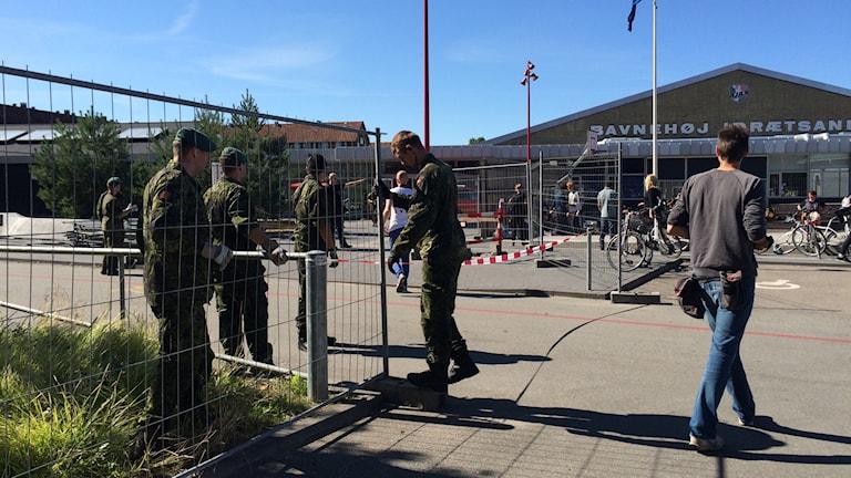 Stängsel sätts upp utanför det tillfälliga mottagningscentrumet. Foto: Anna Bubenko/Sveriges Radio.