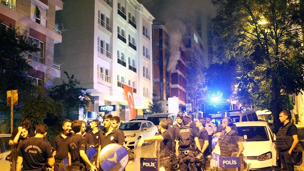 Polis står framför turkiska partiet HDP:s lokaler i Ankara, som stuckits i brand. Foto: Adem Altan/TT.