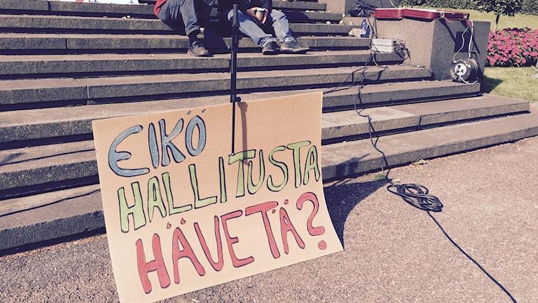 """""""Regering, skäms ni inte?"""" Plakat i demonstrationen i Helsingfors mot regeringens sparpaket. Foto: Thella Johnson/Sveriges Radio."""
