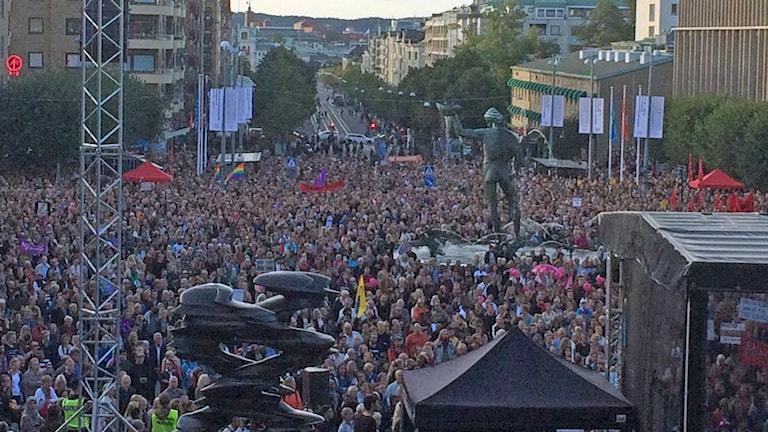 Tusentals är på manifestation för att välkomna flyktingar i Göteborg. Foto: Carina Holmberg/ Sveriges Radio.