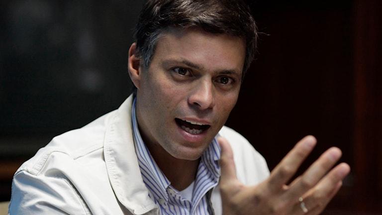 Leopoldo López, oppositionsledare i Venezuela, har dömts till fängelse. Foto: Ariana Cubillos/AP/TT.