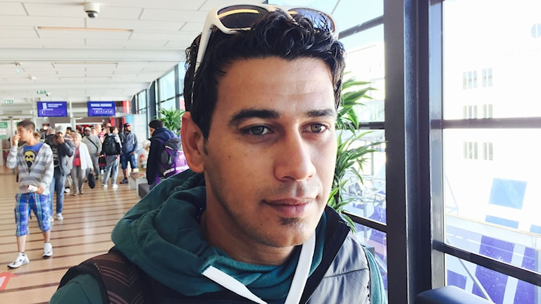 Ahmed Hadi anlände till Göteborg med färjan från Kiel på fredagsmorgonen. Han har rest från Bagdad och vill nu vidare till Finland där hans familj redan finns. Foto: Jens Möller/Sveriges Radio.