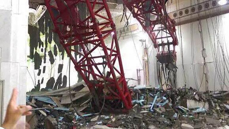Bilden visar hur en lyftkran vält in i stora moskén i Mecka. Många människor har omkommit. Foto: EPA/TT-