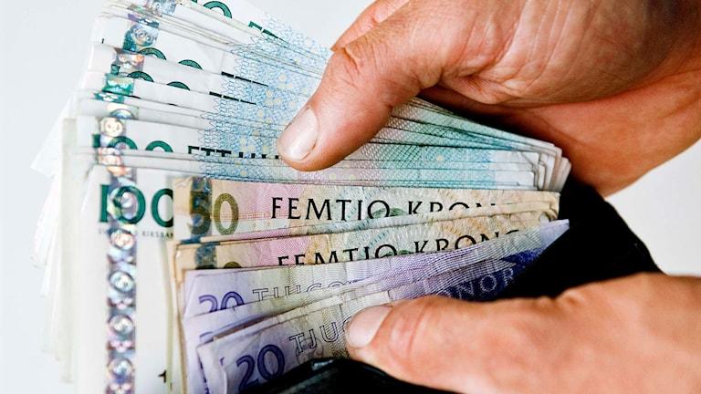 Svenska sedlar i en plånbok.