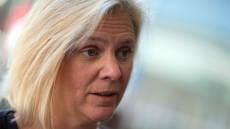 Sveriges finansminister Magdalena Andersson möter pressen i samband med mötet i Luxemburg. Foto: Virginia Mayo/Sveriges Radio.