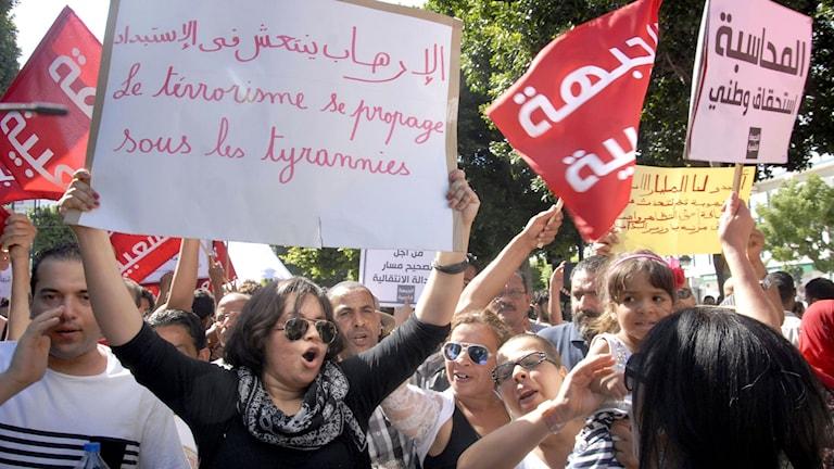 Många trotsade demonstrationsförbudet för att visa sitt missnöje med den nya lagen. Foto: Sofienne Hamdaoui/TT.