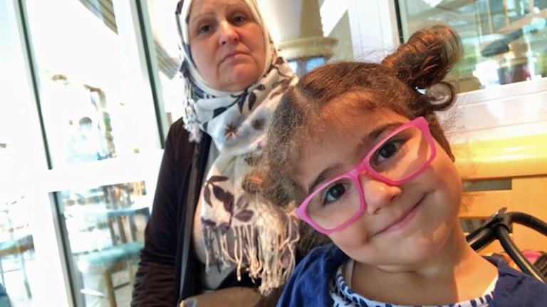 Aida Hurani kom till Malmö från Syrien för tre dagar sedan. Hennes barnbarn Rolana, tre år, som varit i Sverige i fem månader, har svårt att slita sig från sin mormor. Foto: Samuel Larsson/Sveriges Radio.