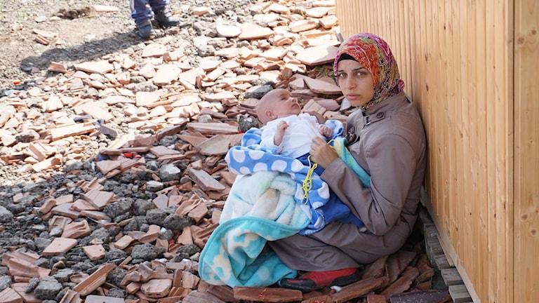 En mamma vilar med sitt utmattade barn. Foto: Stank Popovic/Sveriges Radio.