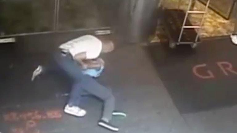 Övervakningsbild när förre tennisstjärnan James Blake brottas ned av polis i New York. Foto: NYPD via AP/TT.