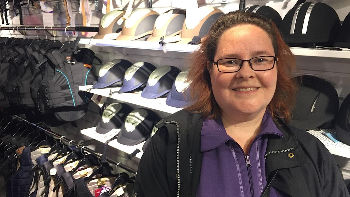 Eva Gullberg hade inte funderat på varifrån ridutrustning kommer,'och vill gärna se bättre information i butikerna. Foto: Adam Westin / Sveriges Radio.