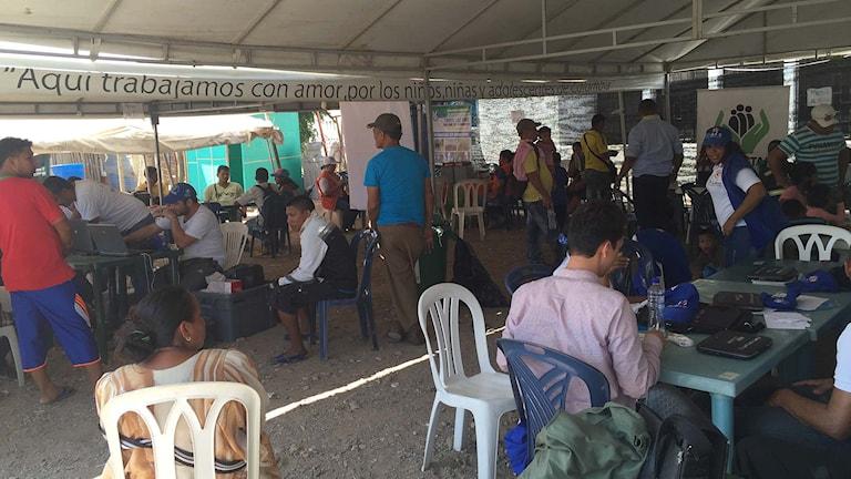 Ett av de vita tälten som colombianska myndigheter ställt upp för att ta emot medborgare som lämnat Venezuela frivilligt eller blivit deportade. Foto: Lotten Collin/Sveriges Radio.