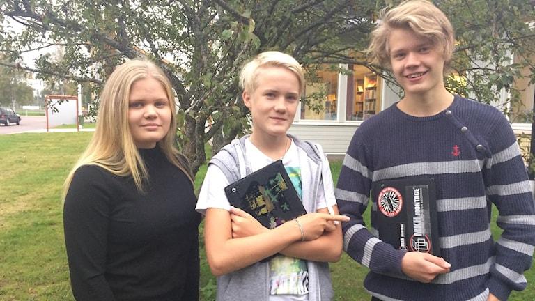 Högstadieeleverna Julia Heikkinen, Hampus Lehtola och Johannes Heikkinen vid Mockfjärdsskolan i Gagnef gillar att använda surfplattor. foto: Lisa Linder Lindberg / Sveriges Radio.