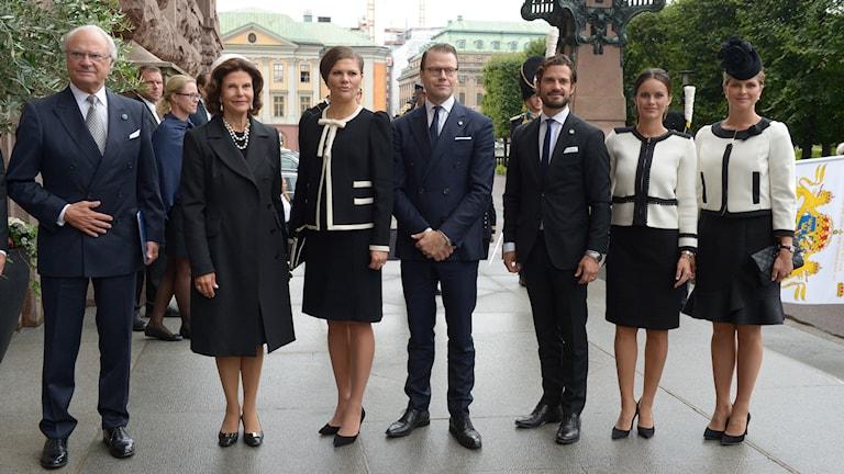 Kung Carl Gustaf, drottning Silvia, kronprinsessan Victoria, prins Daniel, prins Carl Philip. prinsessan Sofia och prinsessan Madeleineanländer till riksdagens öppnande i Riksdagshuset i Stockholm. Foto: Janerik Henriksson/TT.