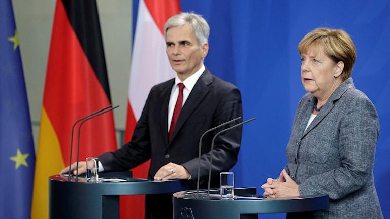 Österrikes förbundskansler Werner Faymann och Tysklands Angela Merkel mötte media efter mötet i Berlin. Foto: Michael Sohn/TT.
