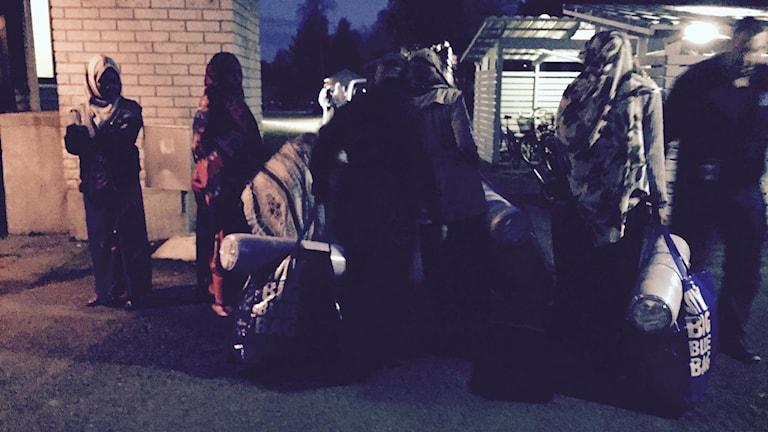Nyanlända asylsökande kommer till flyktingmottagningen i Torneå. De har just varit hos polisen och registrerat sig efter att ha korsat gränsen från Haparanda i Sverige. Mottagningen har jouröppet dygnet runt. Foto: Thella Johnson/ Sveriges Radio