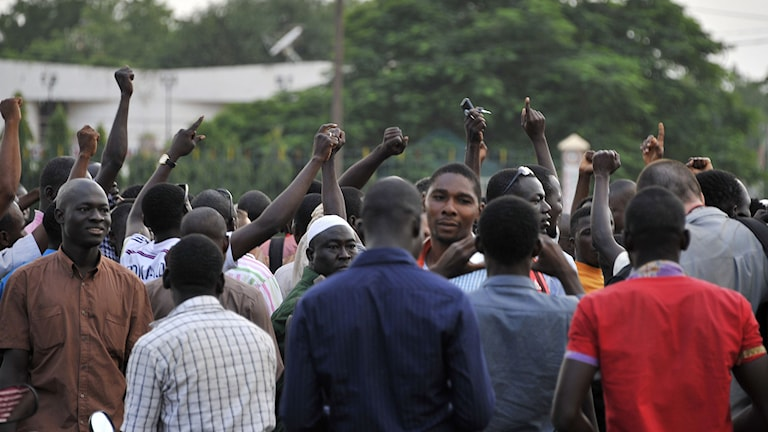 Människor samlades vid the Place de la Nation i Ouagadougou efter Burkina Fasos president och premiärminister greps. AFP PHOTO / AHMED OUOBA/TT.