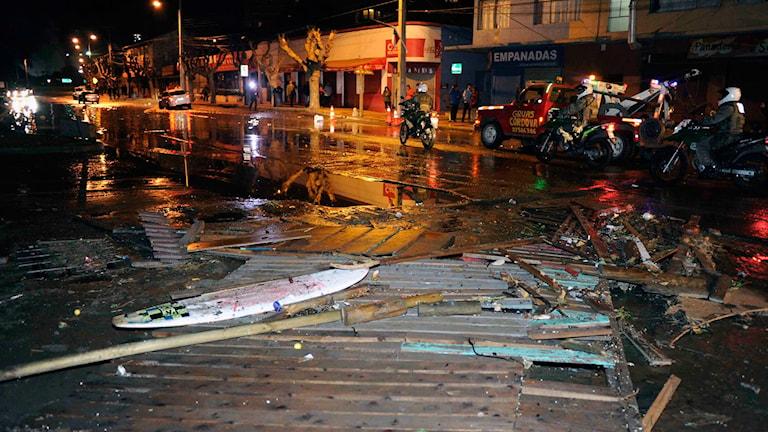 Bråte som spolats upp på en gata i Valparaiso av tsunamin.