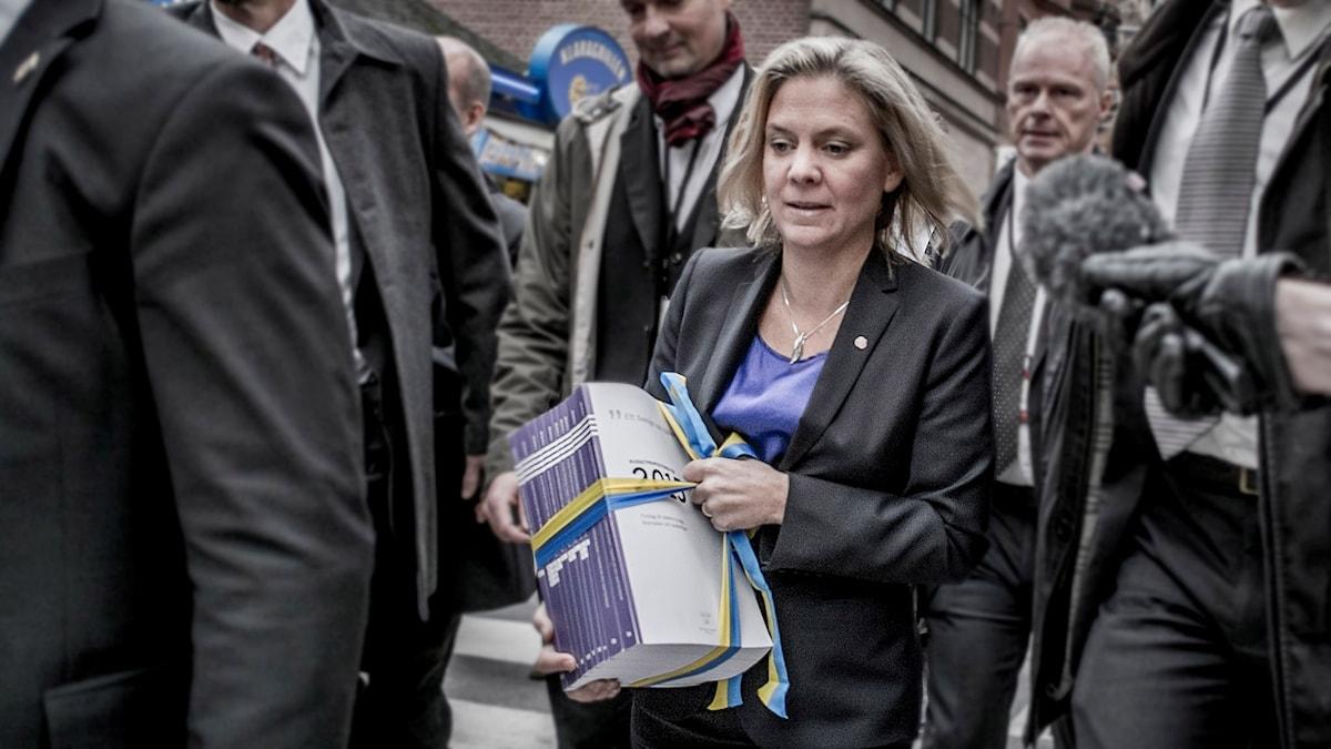 Magadela Andersson med riksdagens budget i handen. Foto: Magnus Hjalmarson Neideman/TT.