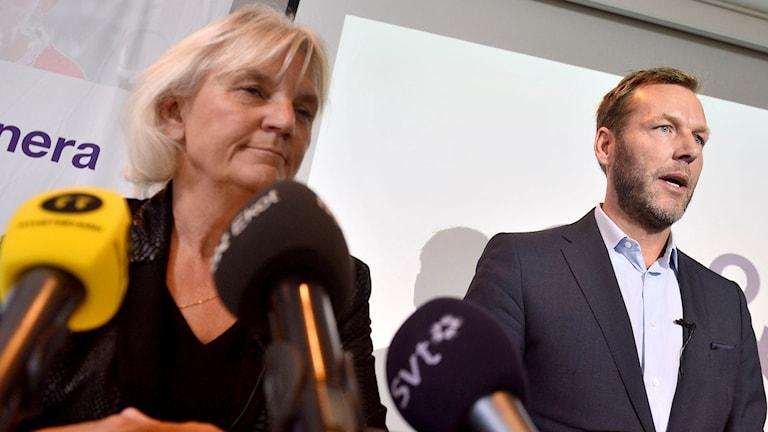 Telia Soneras styrelseordförande Marie Ehrling och vd Johan Dennelind. vid en presskonferens på torsdagen. Telia Sonera har i två års tid har arbetat intensivt för att förbättra verksamheterna i Eurasien, men lämnar nu de kontroversiella marknaderna som tillsammans står för en femtedel av bolagets omsättning. Foto: Vilhelm Stokstad/TT.