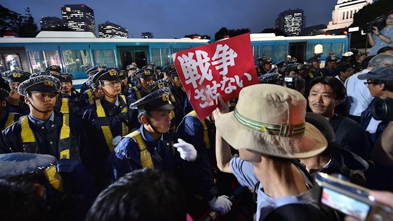 Protester i Tokyo mot lagförslaget. Foto: Kazuhiro Nogi/TT.