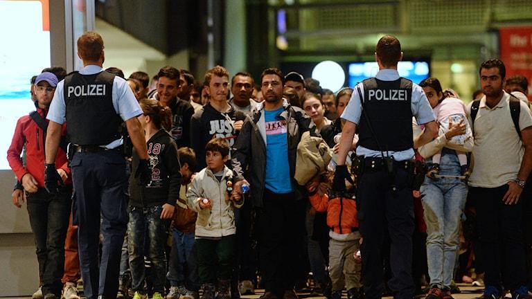 Flyktingar anländer på en tågstation i Tyskland. Foto: Andreas Gebert/TT.