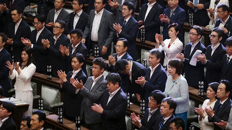 Enligt talmannen i det japanska överhuset röstade 148 ledamöter för och 90 emot lagen