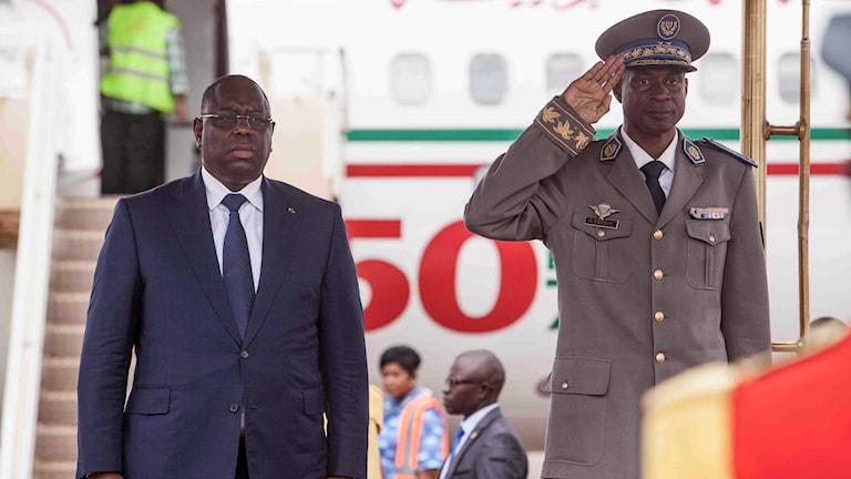 Senegals Macky Sall välkomnas av kuppledaren och generalen Gilbert Diendere.