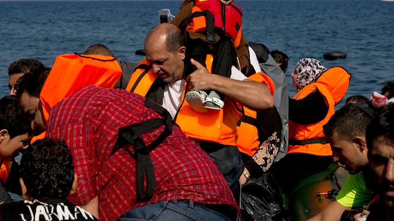 Flyktingar ankommer till Grekiska ön Lesbos under söndagen