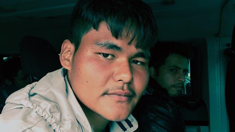 18-årige Amir Hamza har flytt från Pakistan. Här är han i en taxi på österrikiska sidan av gränsen mot Ungern