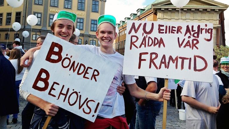 Dennis Samuelsson och Jacob Huss går på Naturbruksgymnasiet i Rättvik. De har åkt buss till Stockholm för att demonstrera. Foto: Annika Selin/Sveriges Radio