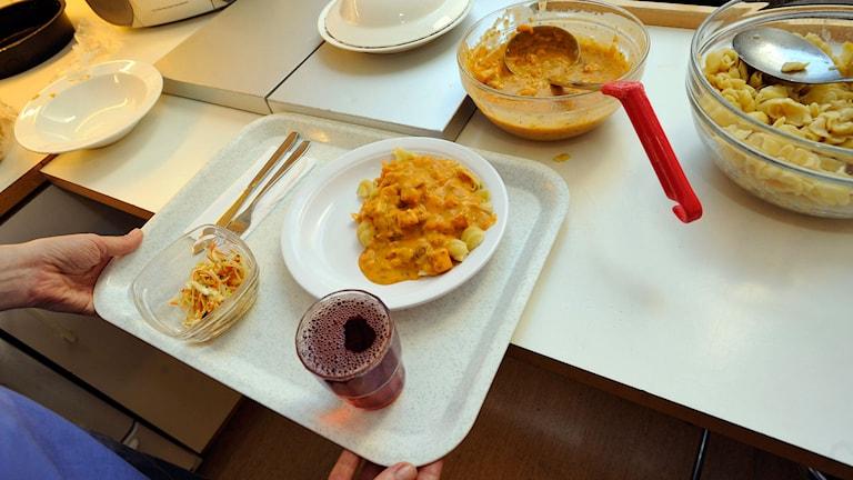 Pasta med skaldjurssås och rotsakssallad.