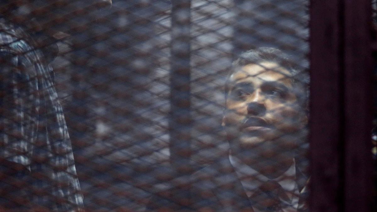 Man bakom galler. Foto: Amr Nabil/TT