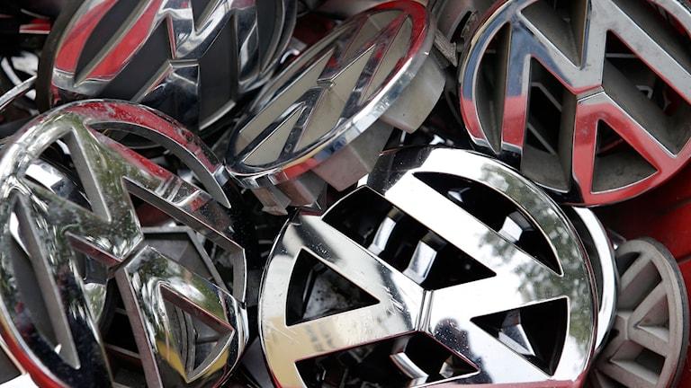Emblem till Volskwagenbilar ligger i en hög.