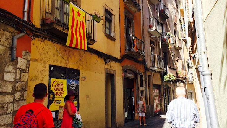 Katalanska flaggor på många hus i Girona. Foto: Beatrice Janzon/Sveriges Radio