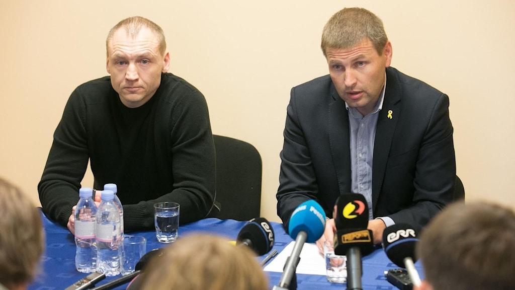 Estniska polismannen Eston Kohver och inrikesminister Hanno Pvkur höll presskonferens i Tartu, Estland, i dag. Foto: Aldo Luud/TT